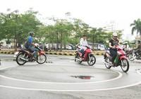 Mất bàn tay trái được lái xe máy không?