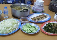 Bữa cơm canh rau của nhân viên cấp cứu