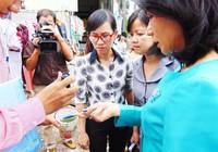 Phó chủ tịch UBND TP.HCM hướng dẫn dân diệt lăng quăng