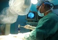 Bắt vít qua da để trị cột sống lung lay