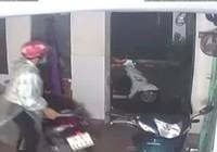 Trộm ung dung lấy 2 xe máy, 'lịch sự' khóa cửa khu trọ