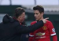 Van Gaal thú nhận đã hôn Herrera vì quá... sướng!