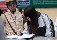 Nhiều học sinh bị xử phạt vì không đội mũ bảo hiểm