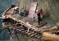 'Bán mạng' xây dựng con đường nguy hiểm nhất Trung Quốc
