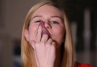 Cô gái có chiếc lưỡi dài có thể tự liếm mắt