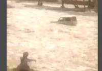 Clip ôtô thoát khỏi dòng nước lũ một cách thần kỳ