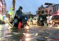 Clip nhiều tuyến đường TP.HCM ngập nặng sau cơn mưa lớn