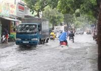 TP.HCM: Mưa lớn, nhiều tuyến đường ngập nặng
