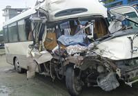 Xe khách đâm xe tải, 9 người bị thương