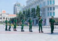 Clip thanh niên xung phong trượt patin tuần tra trên phố đi bộ Nguyễn Huệ