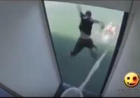 Clip người đi vệ sinh khi bước ra cửa thì bị rơi... xuống biển