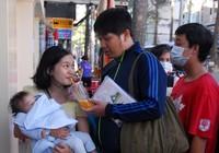 Hình ảnh cảm động của người Sài Gòn đợi tiêm vaccine cho con