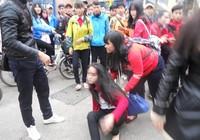 Một nữ sinh Huế bị đánh hội đồng trước cổng trường
