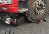 Người đàn ông may mắn thoát chết dưới bánh xe tải