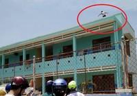 Một thanh niên nghi ngáo đá leo lên sân thượng trường mầm non