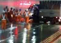 Giây phút xe tải mất lái tông công nhân trong hầm Thủ Thiêm