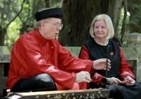 Clip Đại sứ Canada mặc áo dài hát 'Người ơi, người ở đừng về'