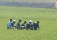 Clip: Đưa thi thể phi công rời hiện trường vụ máy bay rơi ở Phú Yên