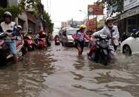 Sinh hoạt của người dân TP.HCM đảo lộn vì mưa lớn