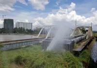 Vỡ ống cấp nước qua cầu Gò Dưa
