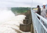 Clip: Thủy điện Sông Ba Hạ xả lũ cuồn cuộn