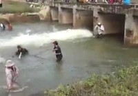 Hàng trăm người bắt cá dưới đập thủy lợi ở Bình Thuận