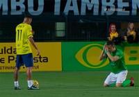 Clip: Đối thủ 'quỳ lạy' xin Neymar ngừng lừa bóng