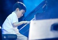 Thần đồng Evan Le chơi piano ở phố đi bộ Nguyễn Huệ