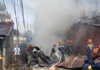 Cháy lớn làm 2 ngôi nhà bị thiêu rụi, sập đổ hoàn toàn