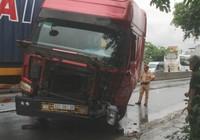 Xe container va chạm xe tải, tài xế may mắn thoát chết