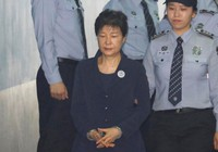 Cựu tổng thống Park Geun Hye bị còng tay khi ra tòa