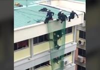 Clip: Khoảnh khắc nhân viên cứu người đàn ông tự tử