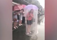 Chiếc ô kỳ dị khiến cô gái nổi bật giữa đám đông