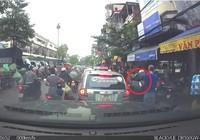 Ngang nhiên áp sát xe máy rạch túi, móc đồ giữa Hà Nội