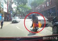 Xe tay ga đang chạy trên phố bỗng đột ngột bốc cháy