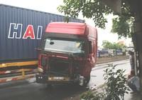 Va xe tải, đầu container lìa khỏi thân