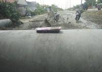 Người dân mang bánh mì ra đường chặn xe