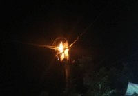 Cột điện cháy nổ như pháo hoa trong đêm