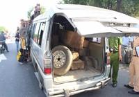 Phụ xe khách bị gỗ lậu chèn tử vong