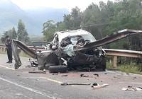 Tông vào taluy bên đường, 4 người trên ô tô thương vong