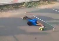 Kinh ngạc cậu bé 'xoạc người' trượt patin qua rào cao chỉ 35cm