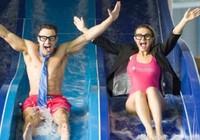 Clip cô gái trượt máng nước rơi tự do như bom vào bể bơi