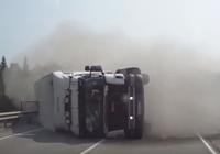 Xe container nổ lốp suýt gây tai nạn kinh hoàng