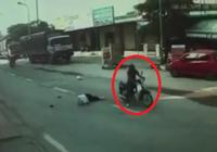 Gã thanh niên bỏ chạy khi tông bà cụ bất tỉnh