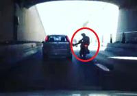 Clip chàng trai đi mô tô té nhào vì đạp ôtô
