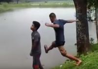 Clip: Chàng trai té ao vì cố tình đạp bạn