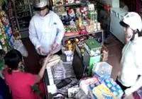 Người phụ nữ giấu tiền 'nhanh như cắt' trước mặt chủ cửa hàng