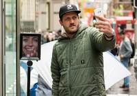 Clip: Đem robot đi xếp hàng chờ mua iPhone 6s tại Úc