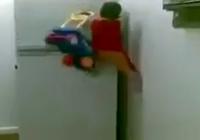 Kinh ngạc xem người nhện tí hon trèo lên tủ lạnh
