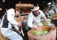 Màn phối hợp nhào bột bằng búa và tay với tốc độ kinh hoàng